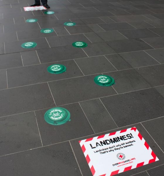 Redcross-australia-croix-rouge-australie-ambient-marketing-guerilla-street-the-fuel-4-600x644