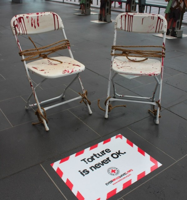 Redcross-australia-croix-rouge-australie-ambient-marketing-guerilla-street-the-fuel-5-600x643